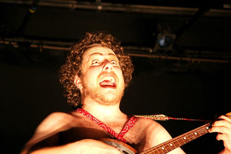 Eric Kupers playing a banjo